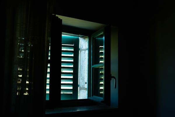 Fenster in altem Haus in Buje, Istrien.