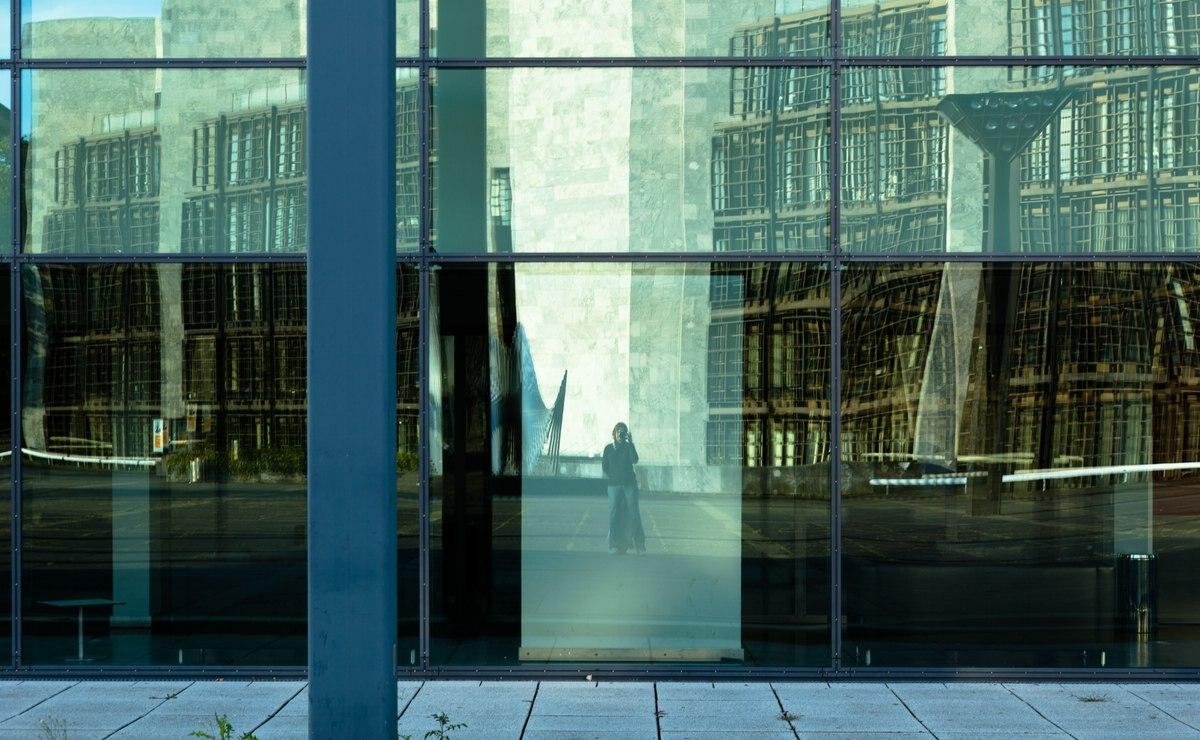 Fassade der Rheingoldhalle in Mainz mit Spiegelung des Rathaus'.