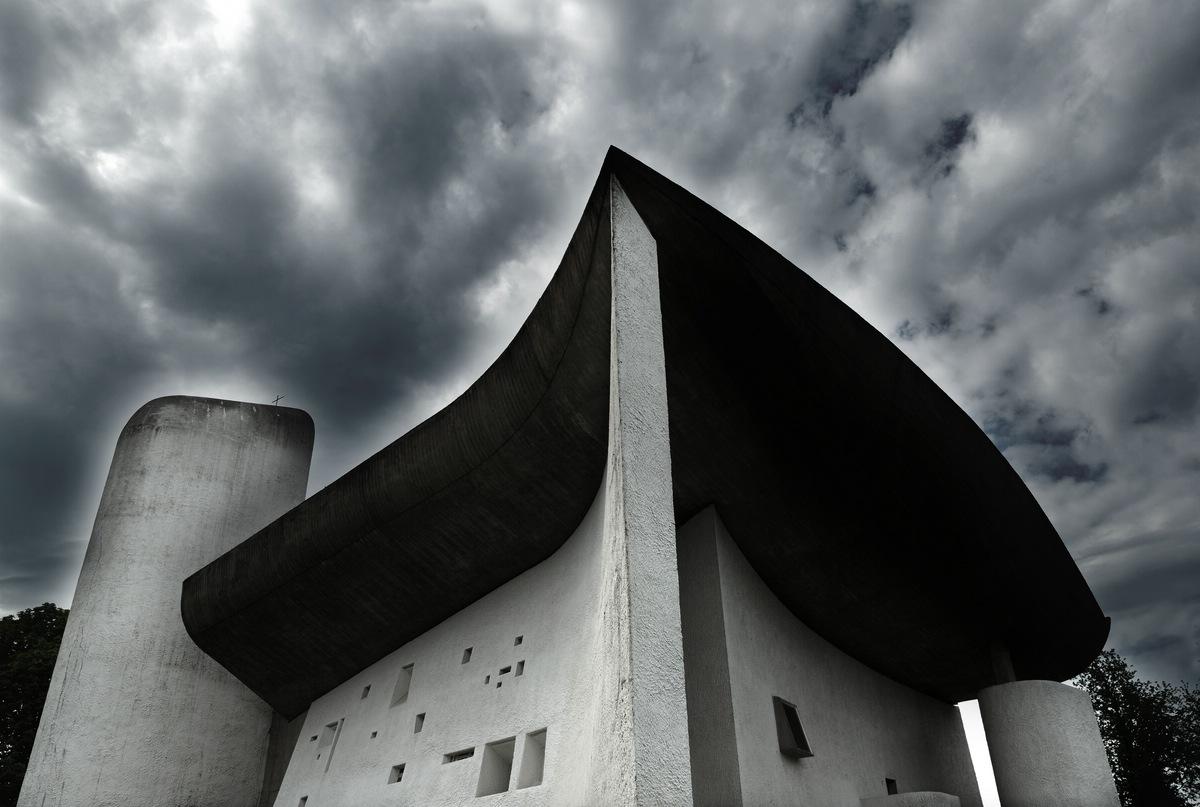 """Die Wallfahrtskapelle """"Notre Dame du Haute"""" von Le Corbusier in Ronchamps."""
