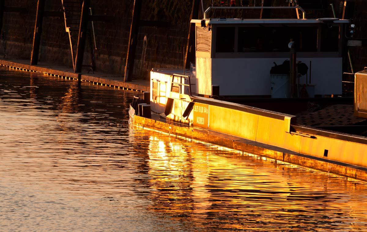 Alter Frachtkahn im Hafenbecken von Mainz